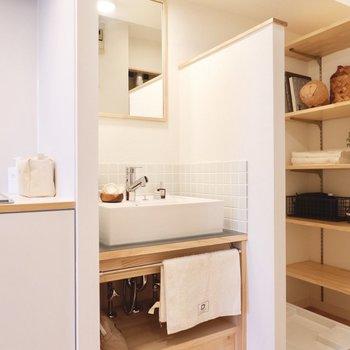 キッチン横に独立洗面台があります。