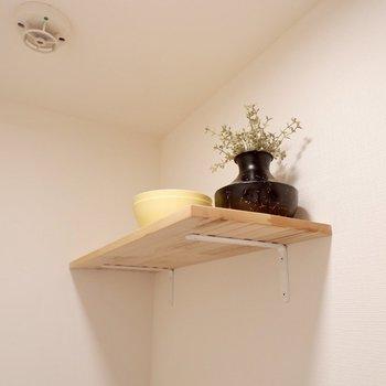 上部にはストック棚が。こういうところにも木材を使用し、柔らかな印象に。