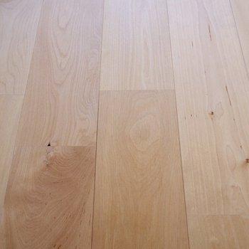 床は明るい印象のバーチ材です。
