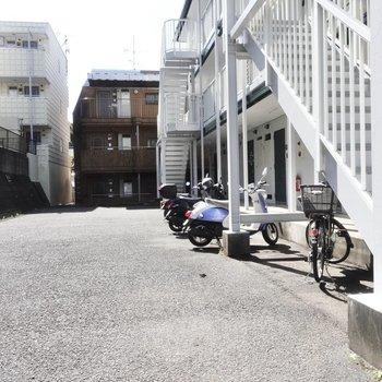 自転車はこちらに停めておけそうですね。