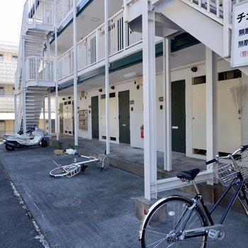 駐輪場は建物ののすぐ目の前に。