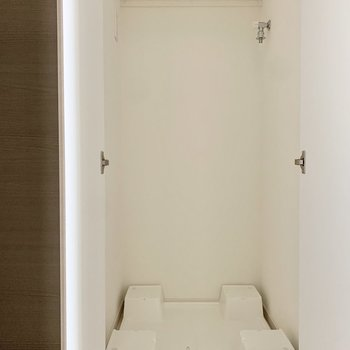 洗濯機置き場は玄関すぐのところ。※写真は3階の同間取り別部屋のものです