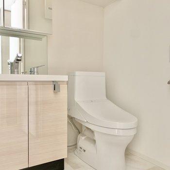 脱衣所には洗面台とトイレがまとまっています。※写真は3階の同間取り別部屋のものです