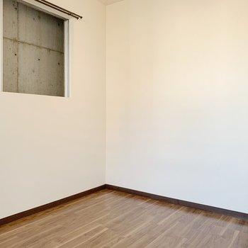 〈4.5帖洋室〉テーブルは窓に寄せて置くのがいいかも◯ツツジなどの枝ものをどんと飾りたい〜♥