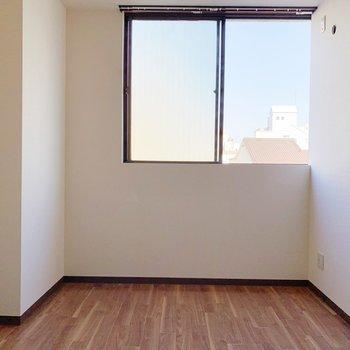 〈6帖洋室〉お先に左の洋室から。こちらは寝室にするのがいいかも、