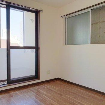 〈4.5帖洋室〉さてお隣へ。小窓はカーテンがいらなさそうなので、ここでインテリアを楽しめそうですよ。