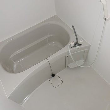 スタンダードなお風呂。シャンプーラックがあるといいかも!(※写真はフラッシュ撮影をしています)