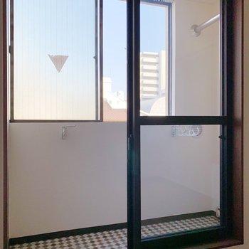 〈4.5帖洋室〉窓の奥にもうひとつ窓……!そう、これがサンルームです。