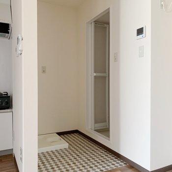 くるっと。洗濯機置場とお風呂が。つっぱり棒にカーテンで目隠ししちゃいましょう。