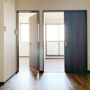 洋室が2つ、それぞれ引き戸とドアで仕切られています。
