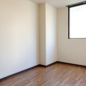 〈6帖洋室〉ダブルベッドも問題なく設置できる広さです。