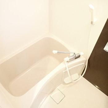 清潔なバスルーム。(※写真は5階の同間取り別部屋のものです)