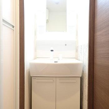 ピッタリ収まっている洗面台。(※写真は5階の同間取り別部屋のものです)