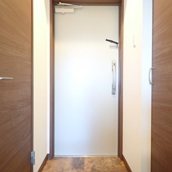 脱ぎ履きには十分なスペース。(※写真は5階の同間取り別部屋のものです)