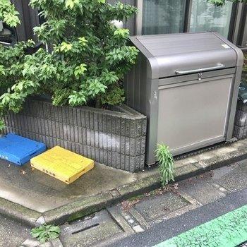 ゴミ置き場は敷地内にありますよ。