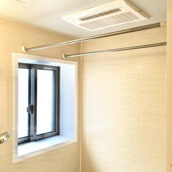浴室乾燥機に、小窓付き。換気しやすいバスルーム。
