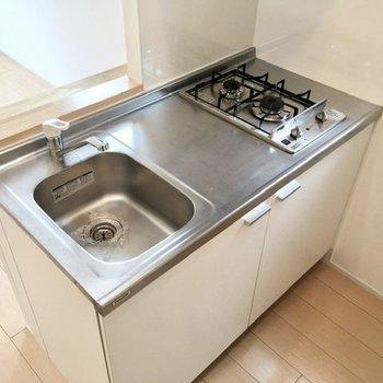 二口ガスコンロに、調理スペースも確保されています。