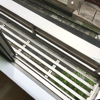 窓の外には、ちょっとした観葉植物なんかを置いておけそうです。