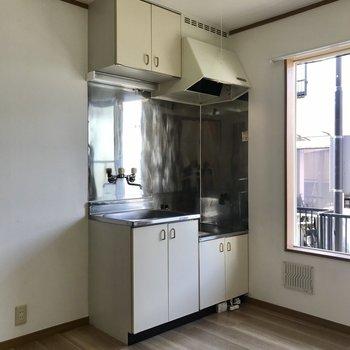居室のとなりにキッチンがあります。