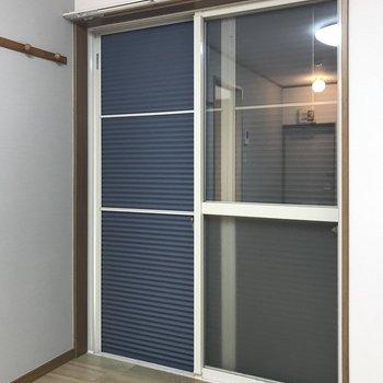 窓にはシャッターが付いているので、外出時や就寝時には閉めるのが良さそう。