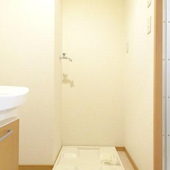 洗濯機は脱衣所に。(※写真は5階の同間取り別部屋、清掃前のものです)