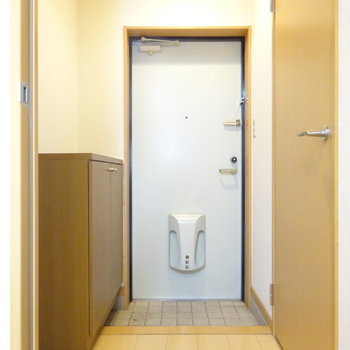 玄関にはシューズボックス付き。(※写真は5階の同間取り別部屋、清掃前のものです)