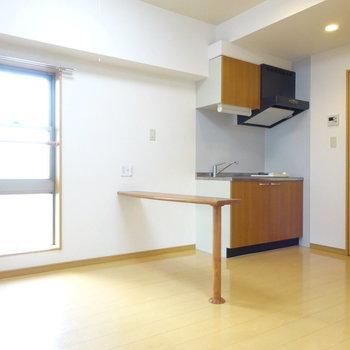 長細いテーブルがポイント(※写真は5階の同間取り別部屋、清掃前のものです)