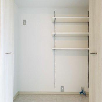 右側には奥行きのある収納が。キッチン用品や掃除機なども楽々収納できますね。
