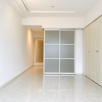 グレーのソファや存在感のある間接照明で大人っぽいお部屋にしたいなぁ。