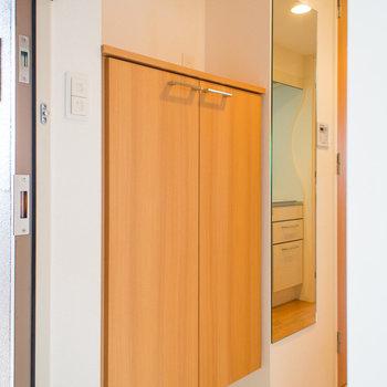 シューズボックス横には鏡もあります(※写真は12階の同間取り別部屋のものです)