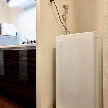 キッチンのお隣に洗濯機置場があります。※写真は2階の同間取り別部屋のものです