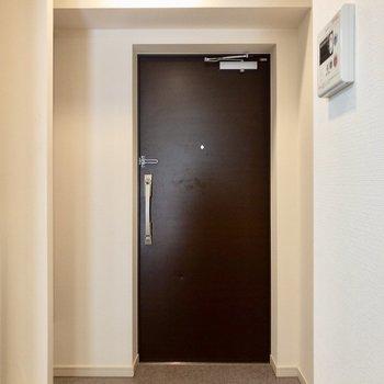 ゆったりな玄関スペース。気分よくお出かけできそうです。※写真は2階の同間取り別部屋のものです