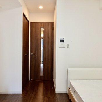 左側に収納があります。※写真は2階の同間取り別部屋のものです