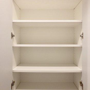 高さ調節可能な収納。ブーツや長靴もスッキリ収納できます。※写真は2階の同間取り別部屋のものです