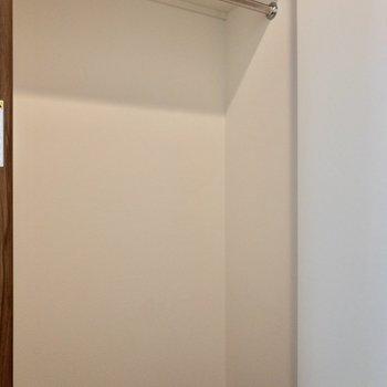 2段に分かれた収納。上部には季節ものを収納しておきましょう。※写真は2階の同間取り別部屋のものです
