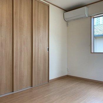 【洋室約6帖】収納は左側にあります。