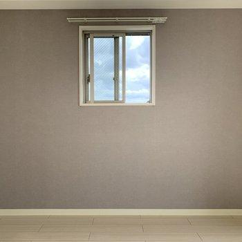 空を切り取って額縁にいれたような窓がステキ!(※写真は13階の反転間取り別部屋のものです)