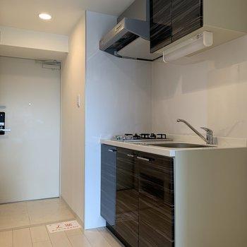 キッチン右手に冷蔵庫を置いて、お料理もはかどります!(※写真は13階の反転間取り別部屋のものです)