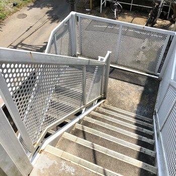 お部屋までは階段で。大きい荷物の際は幅のご確認を。