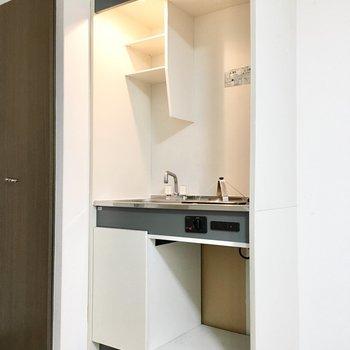 下のスペースにはミニ冷蔵庫か調理器具を。(※写真は3階の同間取り別部屋のものです)