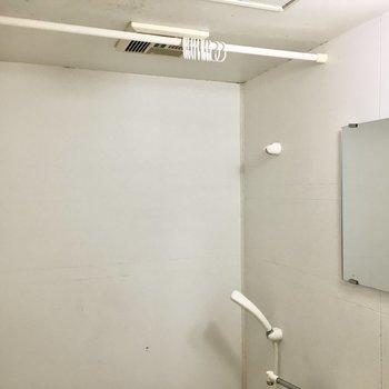 鏡にカーテンレールも付いてます(※写真は3階の同間取り別部屋、清掃前のものです)