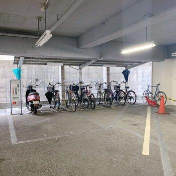 駐輪場は1階部分に。