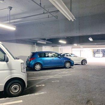 お隣は駐車場です。
