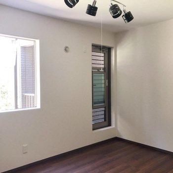 【洋室①】ここにもオシャレな照明!あのドアはなんだろう。