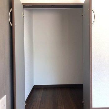 【LDK】階段下に収納が。151cmの私が中に入って立てました◯横も150cmくらいありますよ!