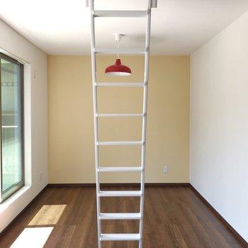 【洋室②】このお部屋は赤い照明がアクセント。黄色のアクセントクロスがとってもキュート。