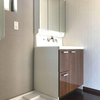 【脱衣所】1階におりて、水回りへ。どっしり独立洗面台の横には、洗濯機を。窓もありました!