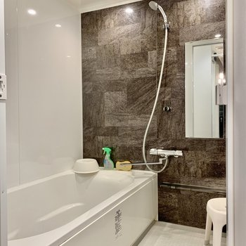 【1F Bathroom】浴槽タイプは女性用2室、男性用1室です。