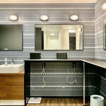 【1F Bathroom】男子シャワールーム脱衣所。ドライヤーは二つ。