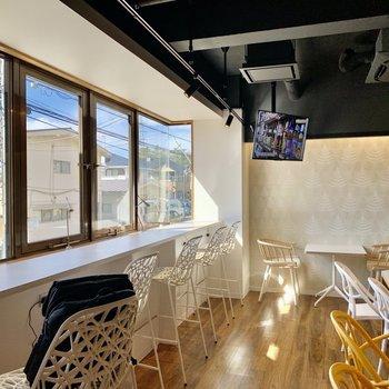 【Lounge】奥はカフェのような空間になっています。